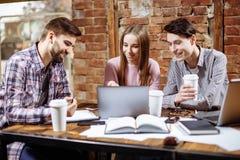 Portrait des jeunes heureux lors d'une réunion Jeunes concepteurs travaillant ensemble sur un projet créatif Image stock
