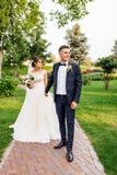 Portrait des jeunes mariés en nature, beau couple dans l'amour photographie stock libre de droits