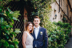 Portrait des jeunes mariés posant sur les rues de Rome, Italie Images libres de droits