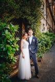 Portrait des jeunes mariés posant sur les rues de Rome, Italie Photo libre de droits