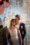 Portrait des jeunes mariés posant sur les rues de Rome, Italie Photographie stock libre de droits