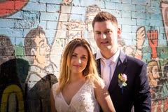 Portrait des jeunes mariés posant sur les rues de Rome, Italie Photo stock