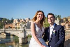 Portrait des jeunes mariés posant sur les rues de Rome, Italie Image libre de droits
