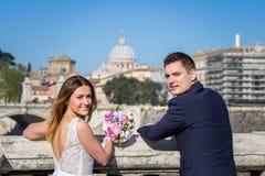 Portrait des jeunes mariés posant sur les rues de Rome, Italie Photos stock