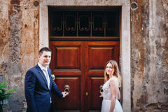 Portrait des jeunes mariés posant sur les rues de Rome, Italie Photographie stock