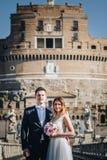 Portrait des jeunes mariés posant sur les rues de Rome, Italie Image stock