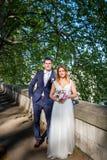 Portrait des jeunes mariés posant sur les rues de Rome, Italie Images stock