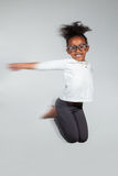 Portrait des jungem Afroamerikanermädchenspringens Stockfoto