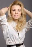 Portrait des jungen blonden Art und Weisebaumusters auf Grau Lizenzfreie Stockfotos