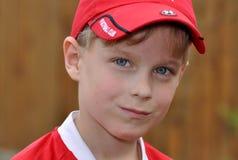 Portrait des Jungen in einer Schutzkappe Stockfoto