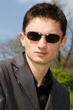 Portrait des jungen europäischen Mannes in den Sonnenbrillen Stockbild