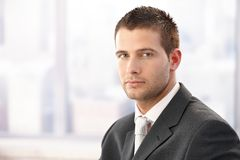 Portrait des jungen Geschäftsmannes Stockfoto