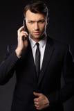 Portrait des jungen Geschäftsmannes Schwarzer Hintergrund Lizenzfreies Stockfoto