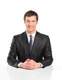 Portrait des jungen Geschäftsmannsitzens Stockfotografie