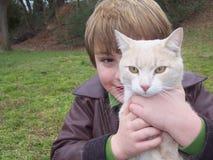 Portrait des Jungen hinter Katze Lizenzfreies Stockfoto