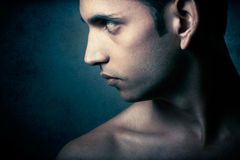 Portrait des jungen indischen verärgerten Mannes über Dunkelheit Lizenzfreie Stockbilder