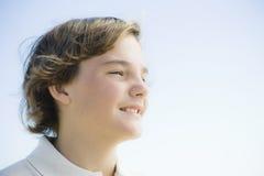 Portrait des jungen Jungen draußen stockfotografie