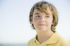 Portrait des jungen Jungen draußen Lizenzfreie Stockbilder