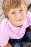 Portrait des jungen Jungen draußen Stockbild