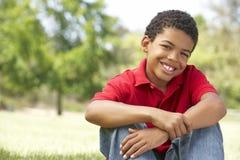 Portrait des jungen Jungen im Park Lizenzfreies Stockfoto