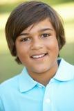 Portrait des jungen Jungen im Park lizenzfreie stockfotografie