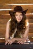 Portrait des jungen lächelnden Cowgirls in Stetson stockbild