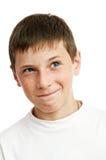 Portrait des jungen lächelnden Jungen Stockfotografie