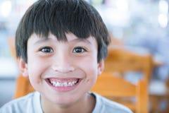 Portrait des Jungen-Lächelns lizenzfreie stockfotos