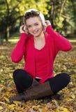 Portrait des jungen Mädchens in der Herbstjahreszeit lizenzfreies stockfoto