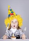 Portrait des jungen Mädchens am Geburtstag mit Kuchen. Lizenzfreie Stockfotografie