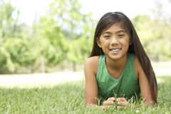 Portrait des jungen Mädchens im Park lizenzfreies stockbild