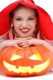 Portrait des jungen Mädchens legend auf Halloween-Kürbis Stockbild