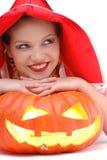 Portrait des jungen Mädchens legend auf Halloween-Kürbis Lizenzfreie Stockbilder