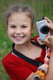 Portrait des jungen Mädchens mit der Kamera Stockfoto