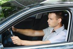 Portrait des jungen Mannes Auto antreibend lizenzfreie stockbilder