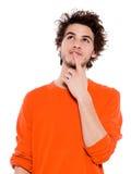 Portrait des jungen Mannes, das nachdenkliches oben schauen denkt Stockfotografie