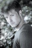 Portrait des jungen Mannes draußen Stockfoto