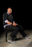 Portrait des jungen Mannes gesetzt auf Stuhl stockfotos