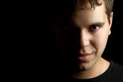 Portrait des jungen Mannes getrennt auf Schwarzem Lizenzfreies Stockfoto