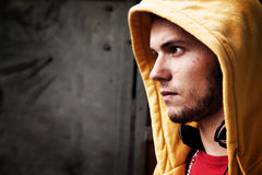 Portrait des jungen Mannes, grunge Wand Lizenzfreies Stockbild