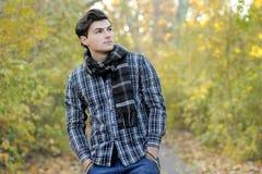 Portrait des jungen Mannes im Park. Stockfotografie