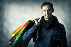 Portrait des jungen Mannes mit Einkaufenbeuteln Lizenzfreie Stockfotografie