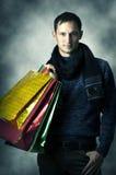 Portrait des jungen Mannes mit Einkaufenbeuteln Stockbilder