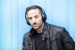 Portrait des jungen Mannes mit Kopfhörern Stockbild