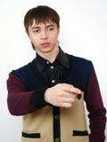 Portrait des jungen Mannes zeigt einen Finger lizenzfreies stockfoto