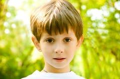Portrait des Jungen mit einem traurigen Blick Lizenzfreie Stockfotografie
