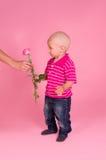 Portrait des Jungen mit einer Rose in der Hand lizenzfreie stockfotografie