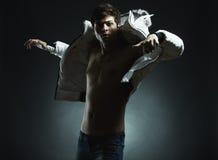 Portrait des jungen schönen Mannes in einem Sprung Stockfoto