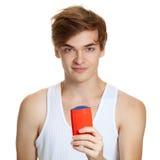 Portrait des jungen stattlichen Mannholdingdesodorierenden mittels stockbilder