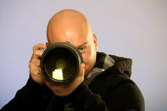 Portrait des kahlen männlichen Fotografen mit Kamera lizenzfreies stockfoto